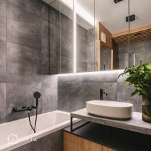 Ciemna łazienka z akcentami drewna
